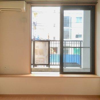 窓側には、座れる位置にある丁度いい高さの出窓。(※写真は2階の同間取り別部屋のものです)