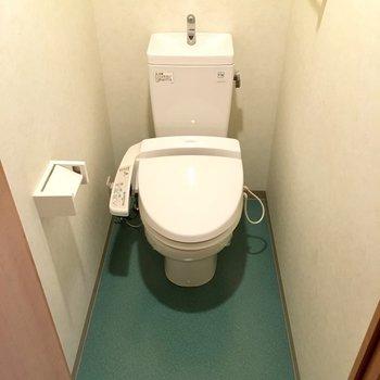 トイレはウォシュレット付き!ゆったりしてて開放感ある〜。(※写真は2階の同間取り別部屋のものです)