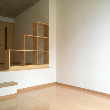 正方形ユニットシェルフには、小さな植物を飾って。(※写真は2階の同間取り別部屋のものです)