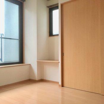 角部屋なので2面採光!小さな棚はPCルームにできそうだ。(※写真は2階の同間取り別部屋のものです)