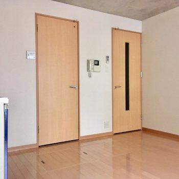 右側が玄関扉、左側が水回りの入り口です。(※写真は2階の同間取り別部屋のものです)