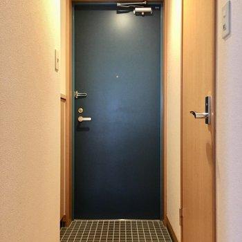 玄関は普通サイズ。(※写真は2階の同間取り別部屋のものです)