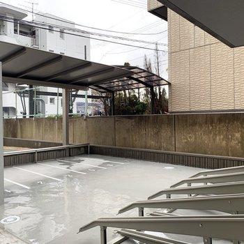 駐輪場、バイク置場も屋根付きです。