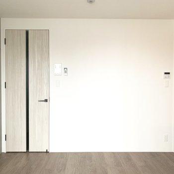 白壁に映える素敵なドアだなあ。
