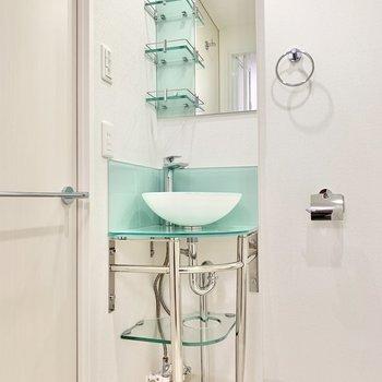 洗面台はミントカラーで爽やかに。