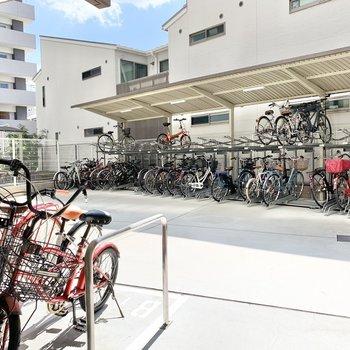共用部】屋根付きの駐輪場。