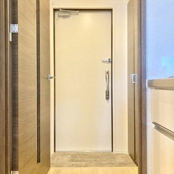 玄関前にドアでワンクッションあると急な来客時も安心。(※写真は3階同間取り別部屋のものです)