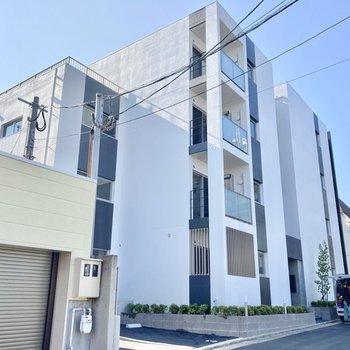 モノトーンが美しい4階建マンションです。