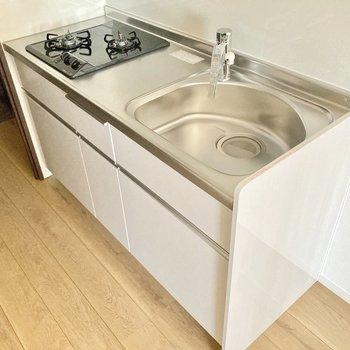 コンロは2口。白で統一されていて清潔感がありますね。(※写真は3階同間取り別部屋のものです)