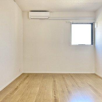 こちらはリビングスペース。ゆったりとした広さがあります。(※写真は3階同間取り別部屋のものです)