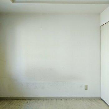 ベッドはシンプルな白にしようかな。※写真は清掃前です