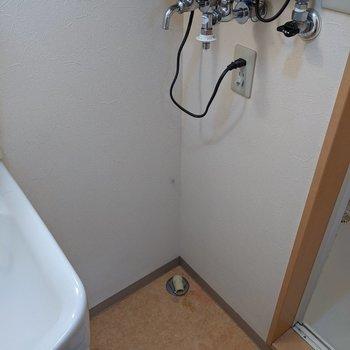 洗面台の隣に洗濯機置場があります。