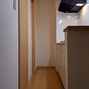【キッチン】キッチン奥のくぼみに冷蔵庫を置くことができます。