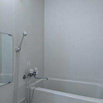 鏡付きで清潔感のある浴室です。
