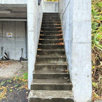 階段は屋外にあります。てすりなしなので注意が必要です。