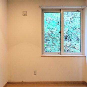【洋室】窓は東向き。外の自然が目に入ります。