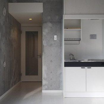 洋室と玄関の間にはしっかり扉があります。※写真は3階の同間取り別部屋のものです