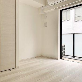 クリーム色の優しい空間です。※写真は3階の反転間取り別部屋のものです
