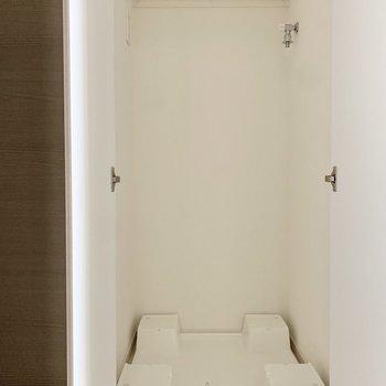 洗濯機置き場は玄関すぐのところ。※写真は3階の反転間取り別部屋のものです