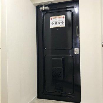 玄関は手前にシューズBOXを置けるようなスペースが!(※写真は4階の同間取り別部屋のものです)