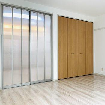 DKに繋がる扉は引き戸で場所を取らず、半透明でDKへ明かりを通してくれます。