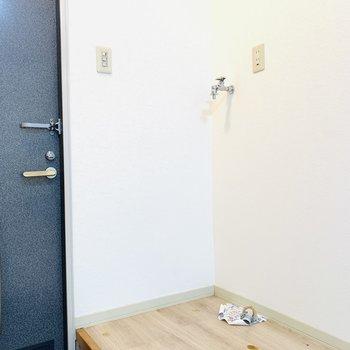 玄関横には洗濯機置き場。