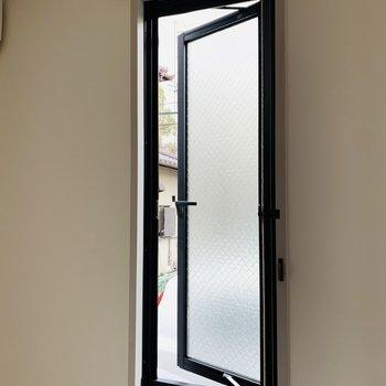 小窓はここまで開けることができます。換気などにお使いください。