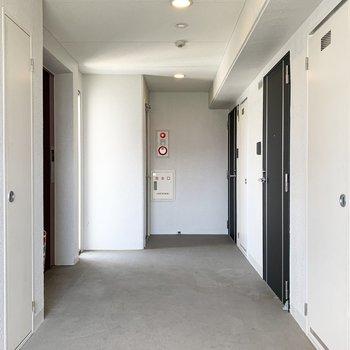 共用廊下も白を貴重とした明るい空間。太陽光も入る上に日中もライトが点いているのは好感度◎
