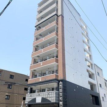 細長い10階建ての鉄筋コンクリートマンションです。