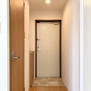トイレと水廻りの先に玄関が。(※写真は10階の同間取り別部屋のものです)