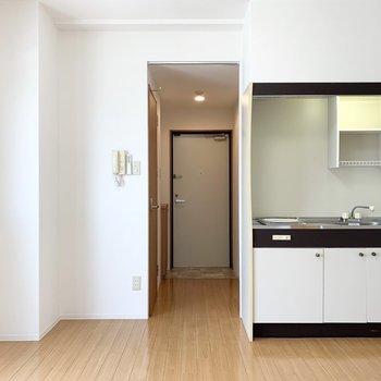 キッチンはひとり暮らし用で少しコンパクト。(※写真は10階の同間取り別部屋のものです)