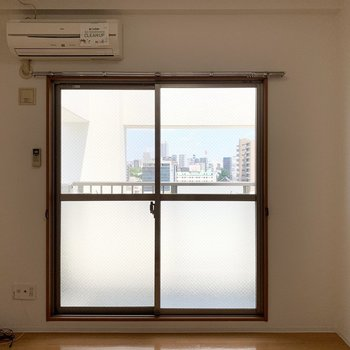 掃き出し窓は東向きなので朝日がたっぷり入りそう◎(※写真は10階の同間取り別部屋のものです)