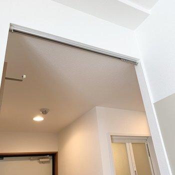 キッチンとトイレの間にカーテンレールがありますが、突っ張り棒カーテンでユニットバスと洗濯機置場を仕切って脱衣所にするのもおすすめです。(※写真は10階の同間取り別部屋のものです)