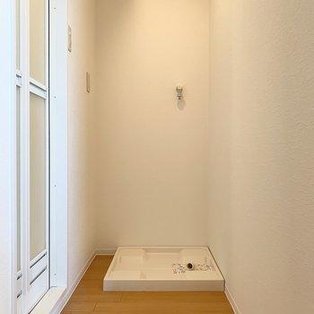 そんなキッチンの壁の裏側には洗濯機置場。(※写真は10階の同間取り別部屋のものです)