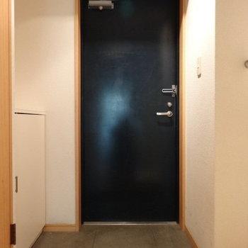 ネイビーの玄関。オシャレ♪土間も広い!(※写真は3階の同間取り別部屋、清掃前のものです)
