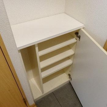 シューズボックスは上にもものが置ける!(※写真は3階の同間取り別部屋、清掃前のものです)