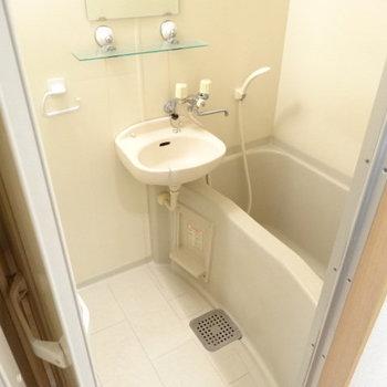2点ユニット。歯磨きはここで!浴槽も1人なら十分の広さ♪(※写真は3階の同間取り別部屋、清掃前のものです)