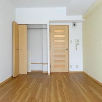 レモンイエローの壁と木目の床と壁がカワイイ♡(※写真は3階の同間取り別部屋、清掃前のものです)