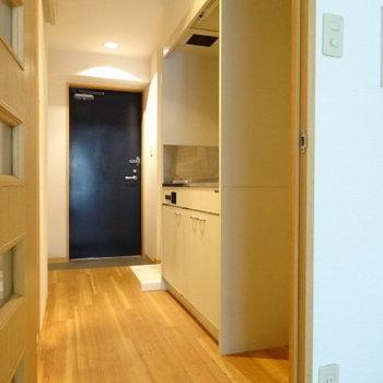 キッチン横に冷蔵庫置けます!洗濯機置き場もおとなりに♪(※写真は3階の同間取り別部屋、清掃前のものです)