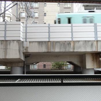 目の前は平尾駅からの線路。電車が通ります!