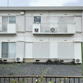 小窓の向こうはアパート。