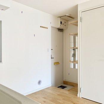 玄関はキッチンの後ろに。※クリーニング前の写真です