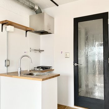 素敵デザインのL字キッチン※写真はクリーニング前のものです