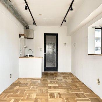 組み木の床も素敵じゃないですか?※写真はクリーニング前のものです