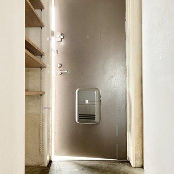 シンプルがオシャレな玄関。※写真はクリーニング前のものです。