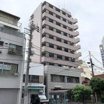 10階建ての、きれいな鉄筋コンクリートマンション。