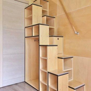 階段は飾り棚にもなっています。お気に入りの雑貨を飾りたい。