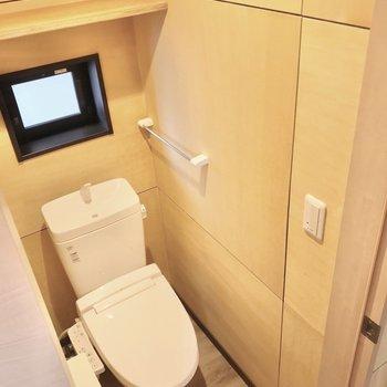 トイレは6帖の洋室側に。ウォシュレット付きです。