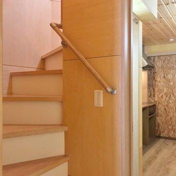 まずは、階段をのぼって2階から。