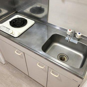 1口コンロですが調理スペースもあります。※写真はクリーニング前のものです